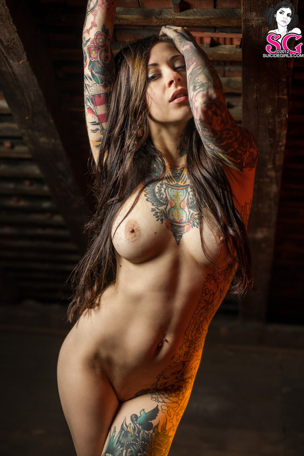 kartinki-golih-devushek-s-tatuirovkami