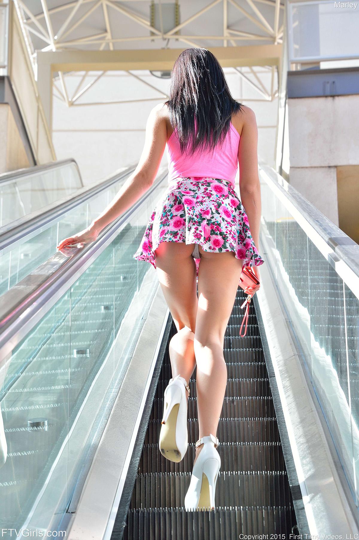 Фото стройная девушка в платье нагнулась — img 3